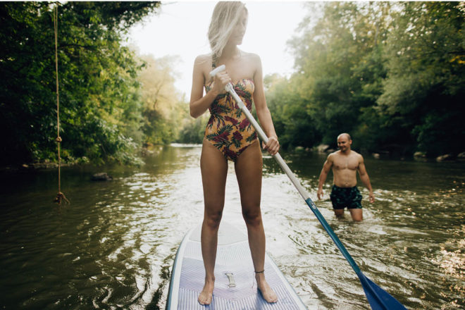 23681-stand-up-paddling-frau-fluss-gettyimages-1197709986