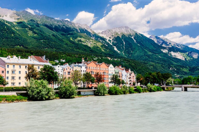 24413-sightseeing-in-innsbruck-fluss-haeuserkette-GettyImages-644415878